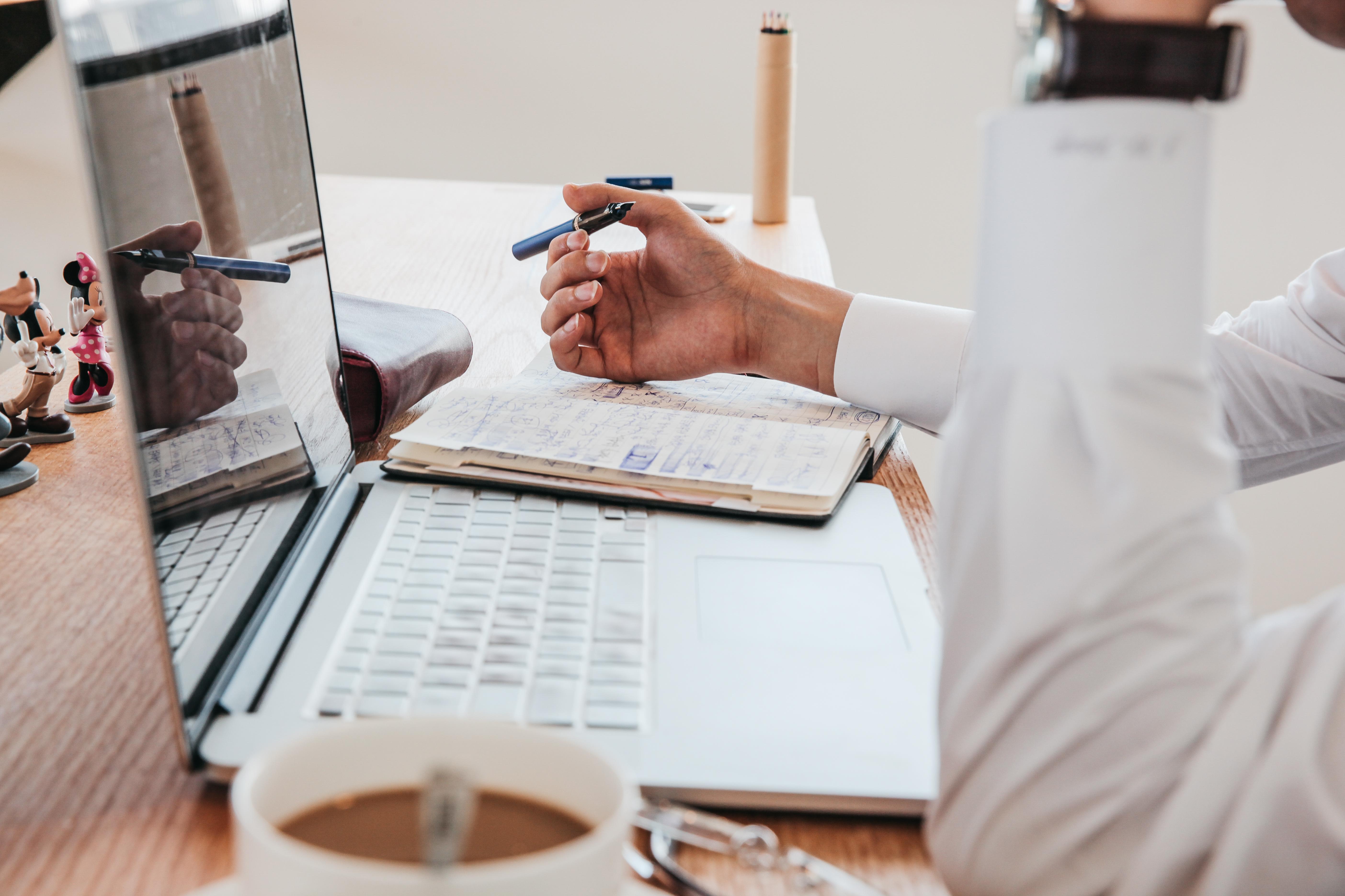 Vil du gerne lære, hvordan du, gør det, kan du læse blogindlægget: 9 trin til at fokusere og gennemføre dine planer Vil du rigtig gerne væk fra at være timeslave, men synes du at det er en svær opgave at komme i gang med alene, så kunne VIP-dagen: Skab et kerneprodukt, der gør en massiv forskel i din kundes liv. Du kan læse meget mere om den her: VIP-dag
