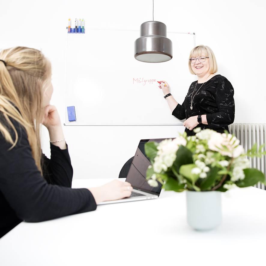 Fotograf Ann laver businessportrætter der passer til dig og din virksomhed. Vi sørger for du får dit budkab ud igennem dine billeder.